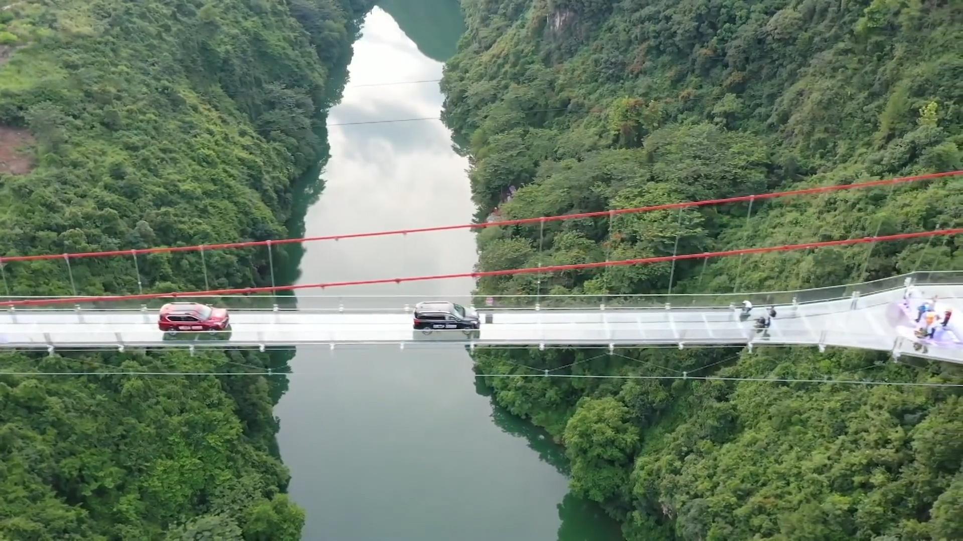 Đứng tim khi đi qua cây cầu kính dài 526 m tại Trung Quốc