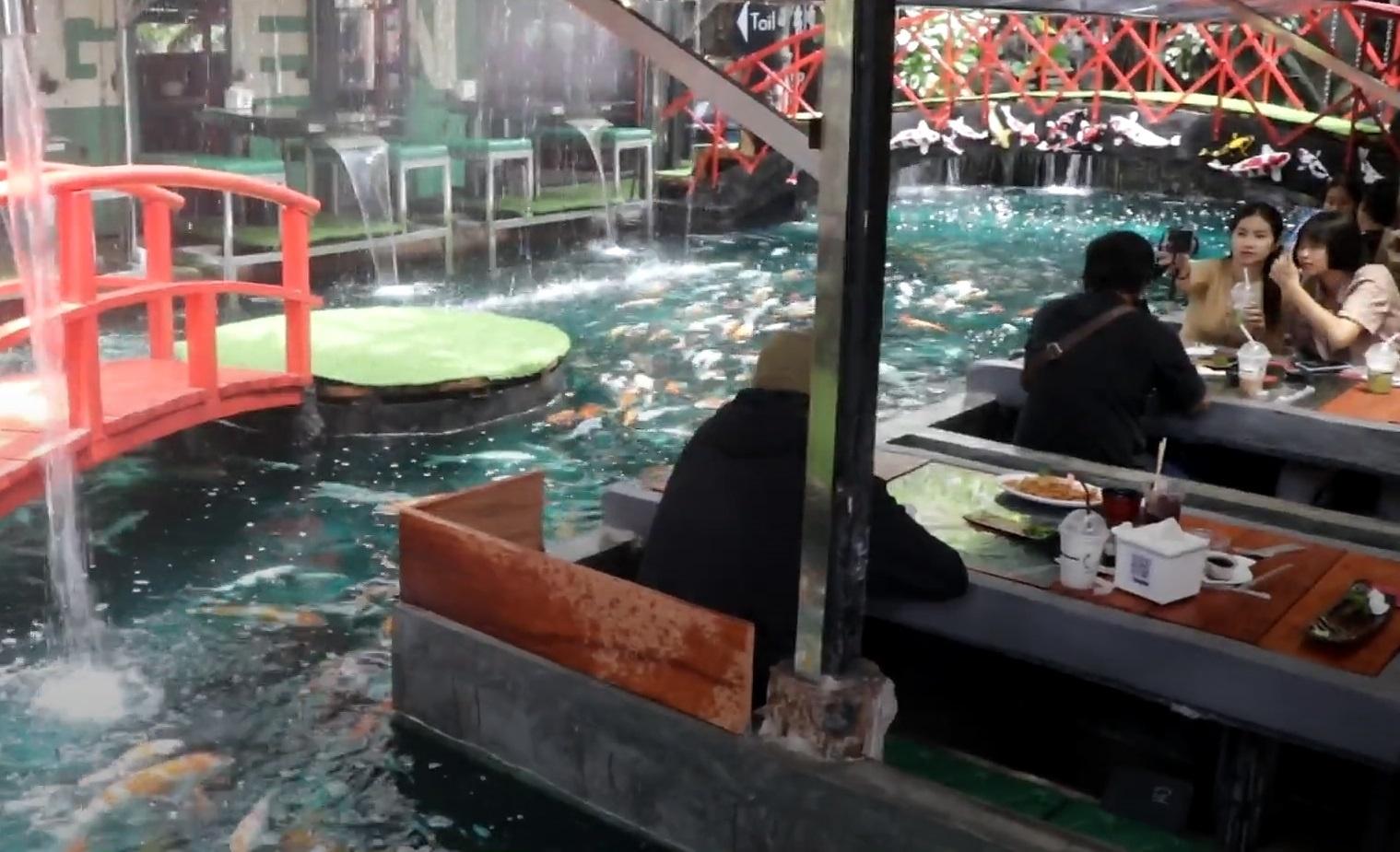 Nhà hàng xây dựng bên trong hồ cá Koi ở Thái Lan