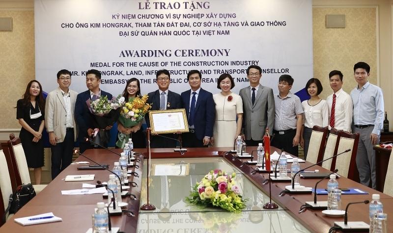 Trao tặng Kỷ niệm chương Vì sự nghiệp Xây dựng cho Tham tán Đại sứ quán Hàn Quốc tại Việt Nam