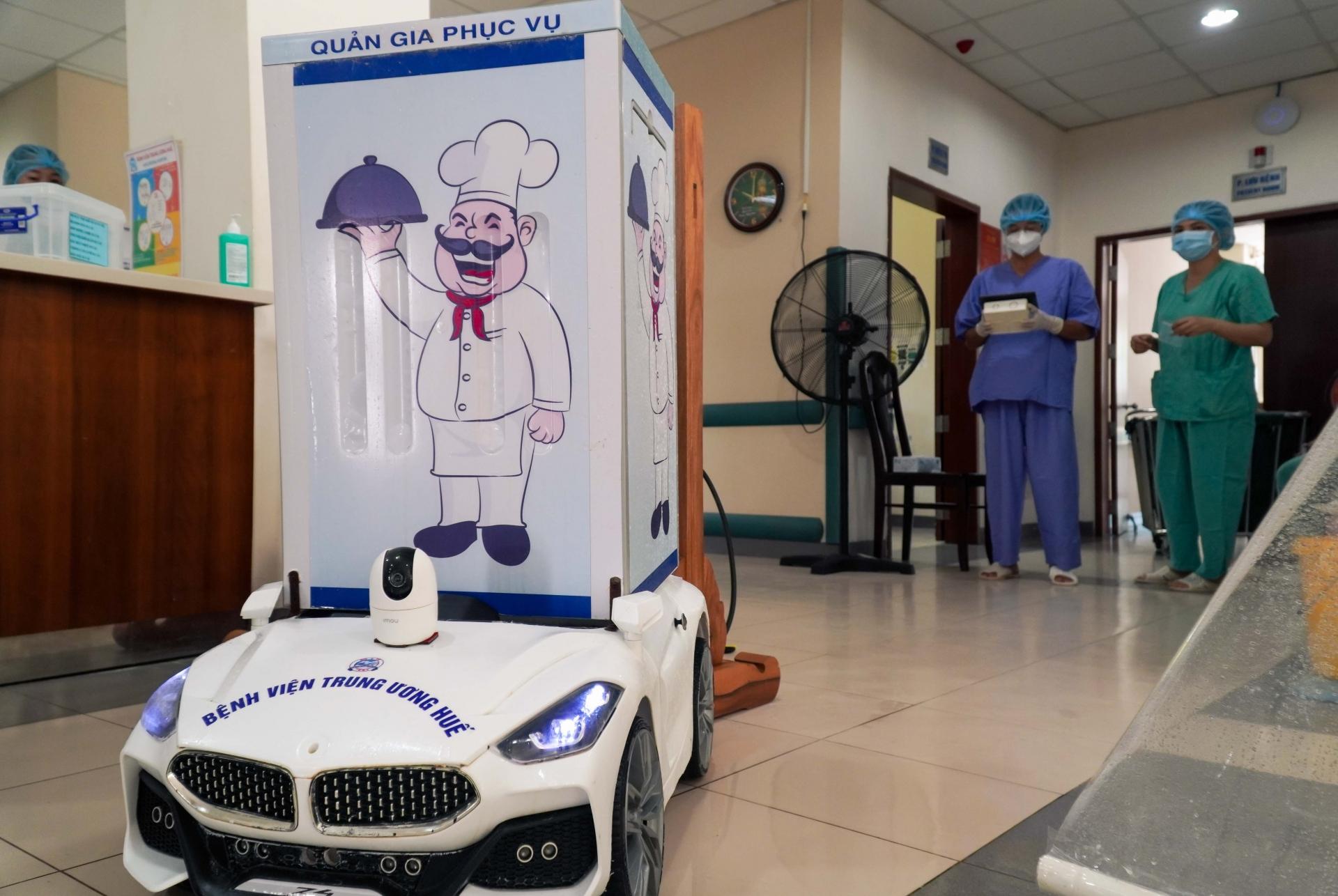 Robot chăm sóc bệnh nhân mắc Covid-19 tại Huế