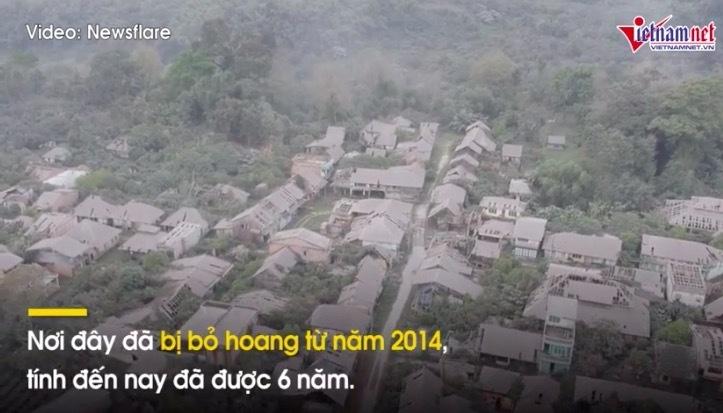 Kì lạ ngôi làng 'ma quái' ngập trong màu xám xịt ở Indonesia