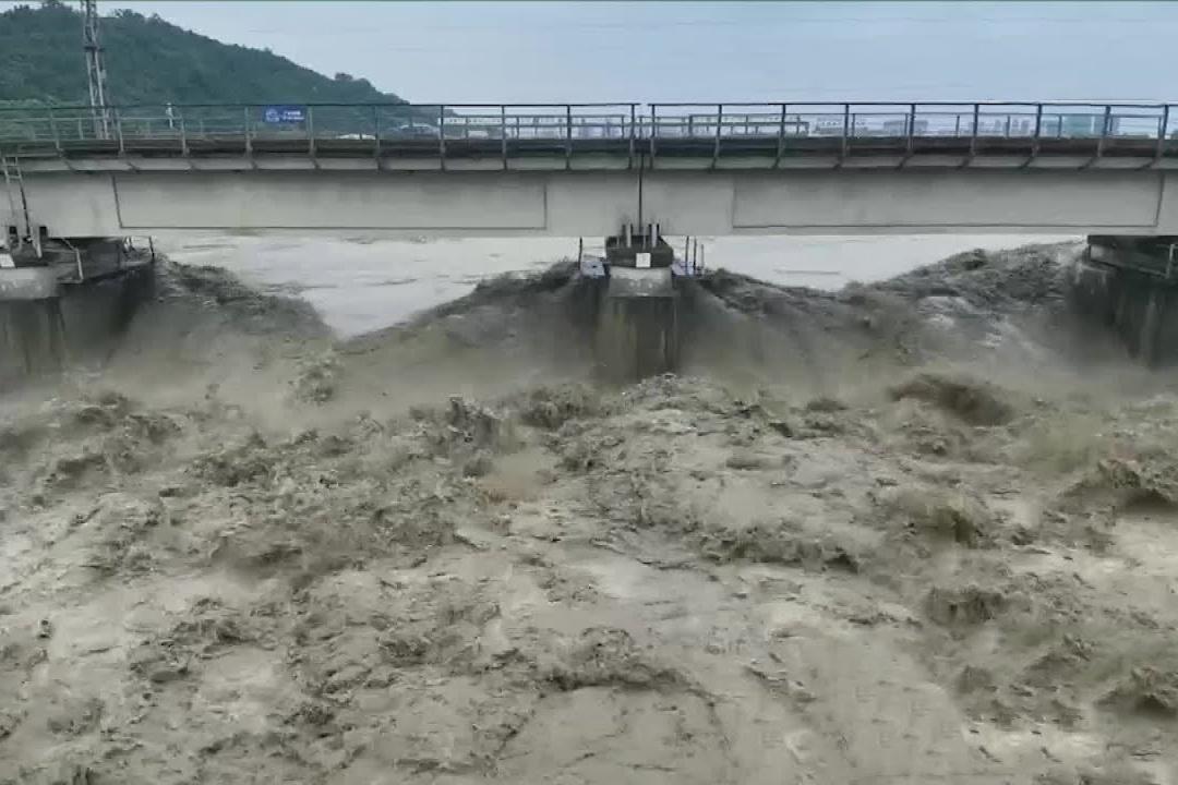 Trung Quốc điều hai đoàn tàu lên cầu để gia cố chống lũ