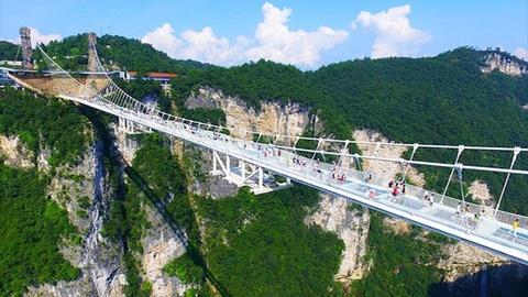 Công viên Trung Quốc có lối đi bằng kính trong suốt