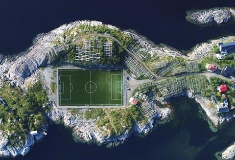 Sân bóng giữa bán đảo nhỏ đẹp nhất thế giới