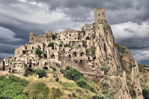 Thị trấn ma nằm trên đỉnh đồi ở Italy