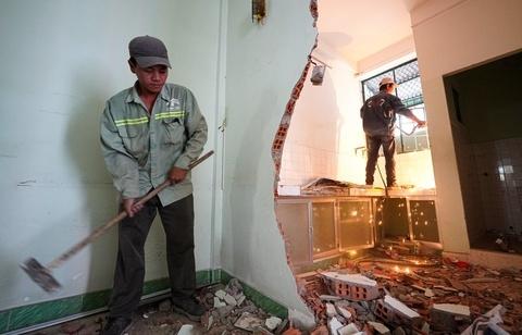 Tháo dỡ chung cư nghiêng ở TP.HCM