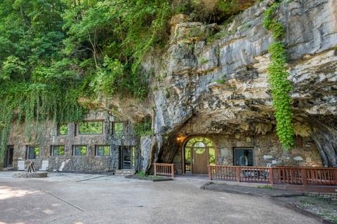 Ngôi nhà sang trọng bên trong hang động