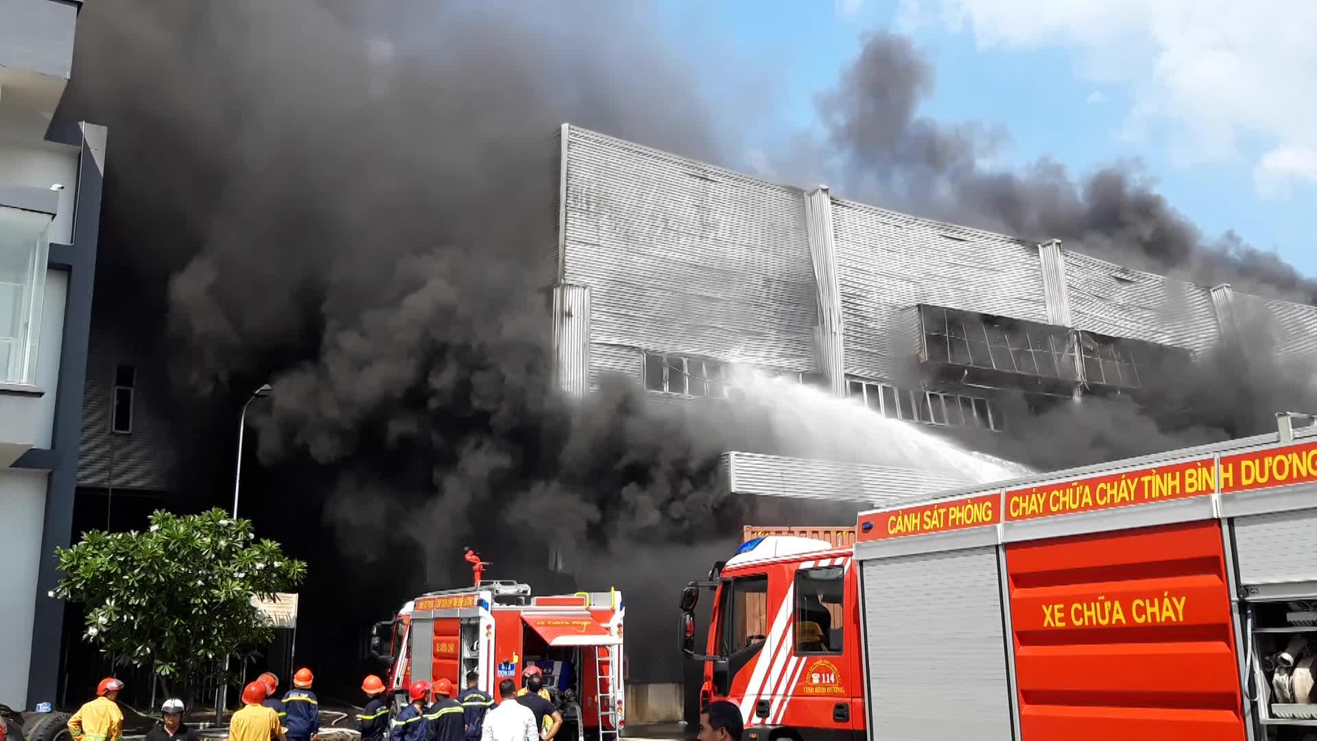 Đang cháy lớn ở nhà xưởng rộng nghìn mét vuông tại KCN ở Bình Dương