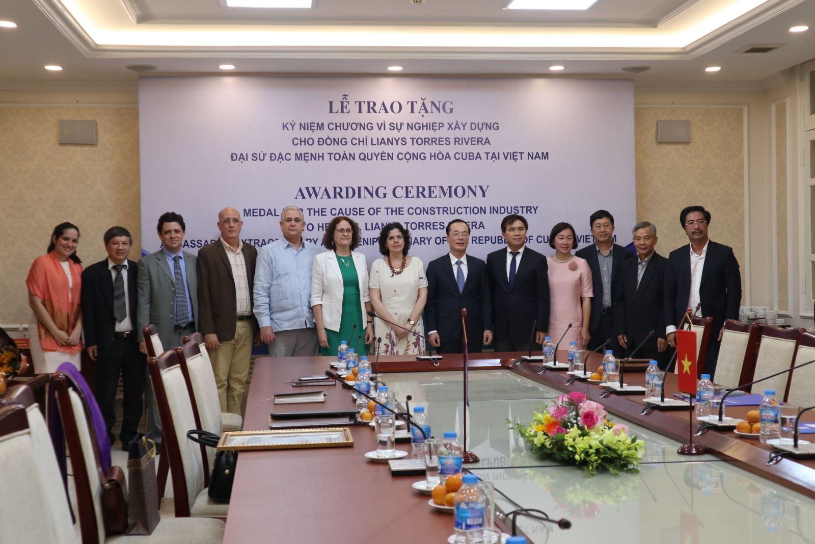"""Trao tặng """"Kỷ niệm chương vì sự nghiệp Xây dựng"""" cho Đại sứ Cuba tại Việt Nam"""