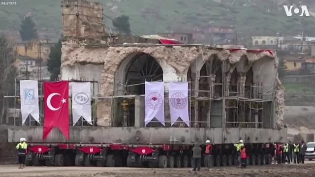 Di chuyển nhà thờ cổ nặng 1700 tấn bằng xe tải 256 bánh