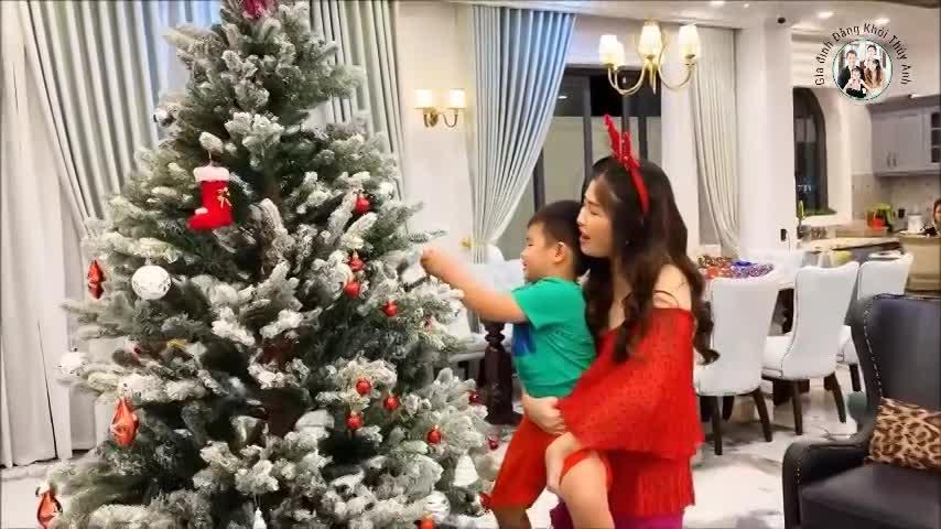Sao Việt trang hoàng nhà đón Noel