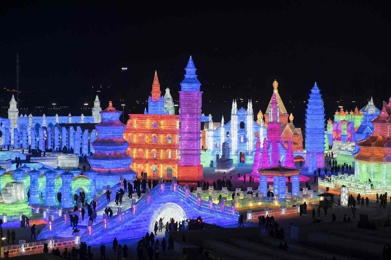 Người Trung Quốc xẻ băng để tổ chức lễ hội mùa đông lớn nhất thế giới
