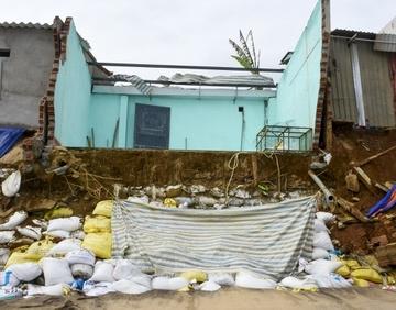 Triều cường 'nuốt chửng' nhiều nhà dân ở Quảng Ngãi