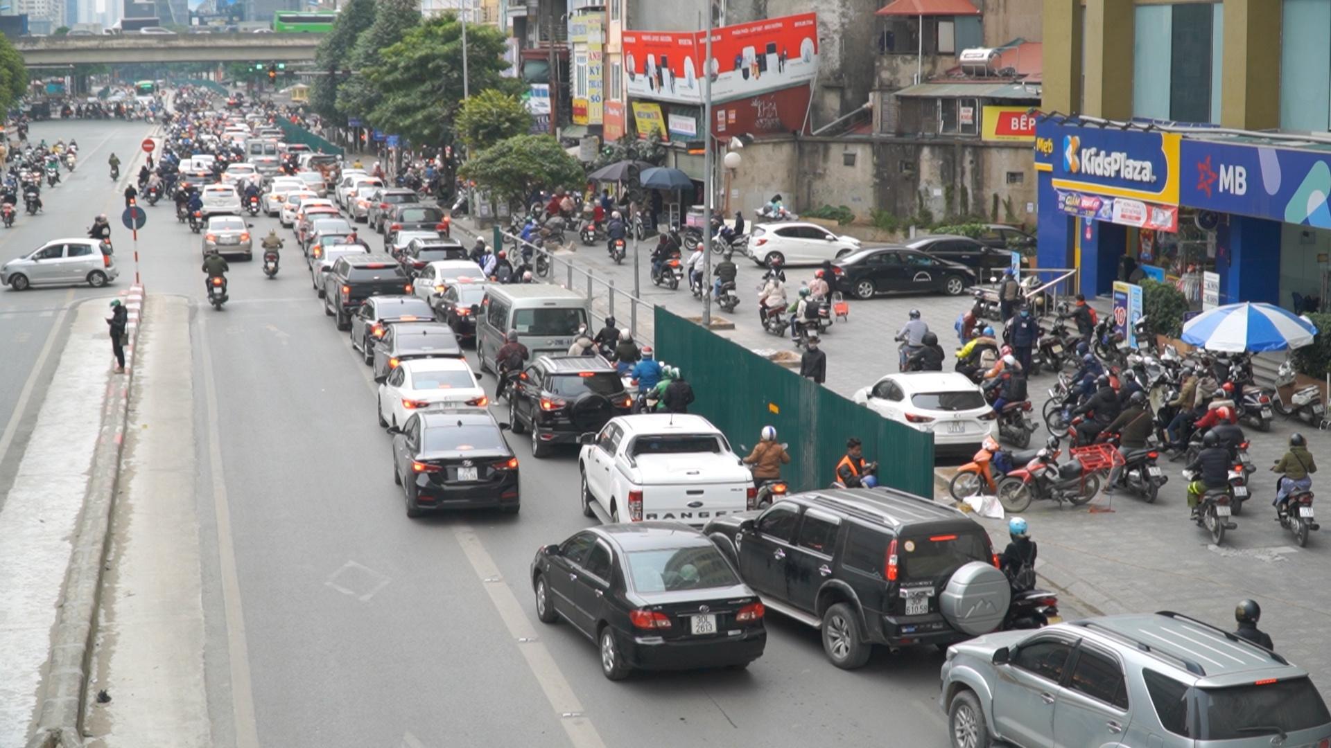 Ngăn đường để thi công hầm chui Lê Văn Lương - Khuất Duy Tiến